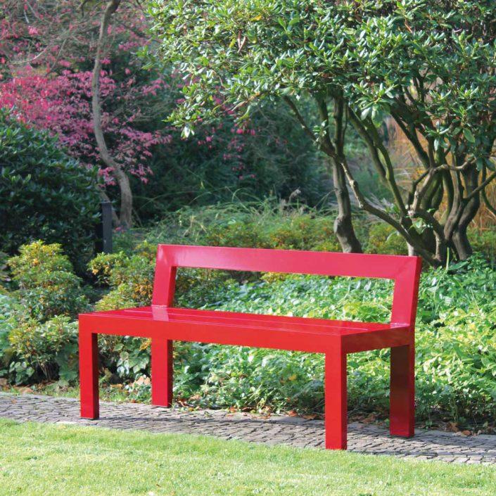 Rote Gartenbank - Farbenfrohe, leichte Solitärbank für den Garten, die immer zum Blickfang wird - Schöner sitzen. Als farbenfroher Akzent im Garten lädt diese Bank ein, neue Blickwinkel im Garten zu entdecken. Als Solitärbank schafft sie einen Ort zum Verweilen, wo man sonst nie sitzen würde, bietet aber auch einer bunten Gesellschaft spontan Sitzplatz, da sie leicht getragen werden kann. Ihre Schlichtheit in der Form erzeugt zudem einen spannenden Kontrast zur Flora im Garten und bringt auch versteckte Ecken im Garten zur Geltung.