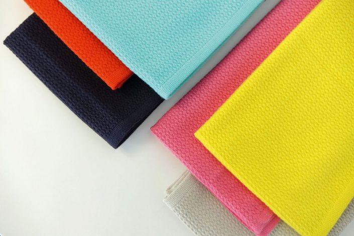 Badetusch - Mit diesen bunten Handtüchern macht das Baden oder Sonnen richtig Spaß. Inspiriert von dem türkischen Peshtemal Badetuch bestechen die 70x140 cm großen Handtücher durch eine Saugfähigkeit und schnelle Trocknung. Jedes Handtuch ist aus 100% Bio Baumwolle gefertigt und bei 30 Grad waschbar.