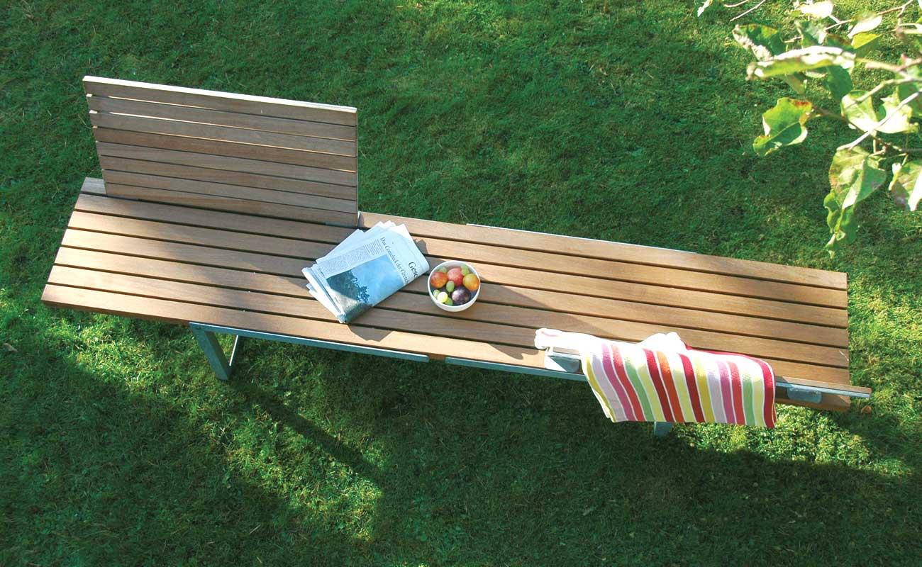 Multi-Talente. Durch einfaches Drehen der Beine lässt sich die Höhe verändern. So wird aus dem Tisch eine Liege und aus der Bank ein Sideboard. Hochwertiges Kambalaholz in Verbindung mit feuerverzinktem Stahl sorgt für langlebige Qualität. Für die Bänke sind separate, ansteckbare Rückenlehnen erhältlich. Für die Liege gibt es passende Auflagen in verschiedenen Farben auf Anfrage. Tisch und Liege C'3 Maße: 240 cm x 73 cm, Höhe: 71 cm, Liegehöhe: 37 cm Bank und Sidebord C'3 Maße: 240 cm x 45 cm, Sitzhöhe: 46 cm, Höhe Sideboard: 71 cm Das Rückenteil für Bank und Liege bestellen Sie ganz einfach durch Anwählen oben links auf der Seite.