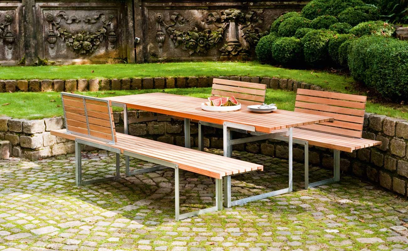 Sitzgruppe - Multi-Talente. Durch einfaches Drehen der Beine lässt sich die Höhe verändern. So wird aus dem Tisch eine Liege und aus der Bank ein Sideboard. Hochwertiges Kambalaholz in Verbindung mit feuerverzinktem Stahl sorgt für langlebige Qualität. Für die Bänke sind separate, ansteckbare Rückenlehnen erhältlich. Für die Liege gibt es passende Auflagen in verschiedenen Farben auf Anfrage. Tisch und Liege C'3 Maße: 240 cm x 73 cm, Höhe: 71 cm, Liegehöhe: 37 cm Bank und Sidebord C'3 Maße: 240 cm x 45 cm, Sitzhöhe: 46 cm, Höhe Sideboard: 71 cm Das Rückenteil für Bank und Liege bestellen Sie ganz einfach durch Anwählen oben links auf der Seite.