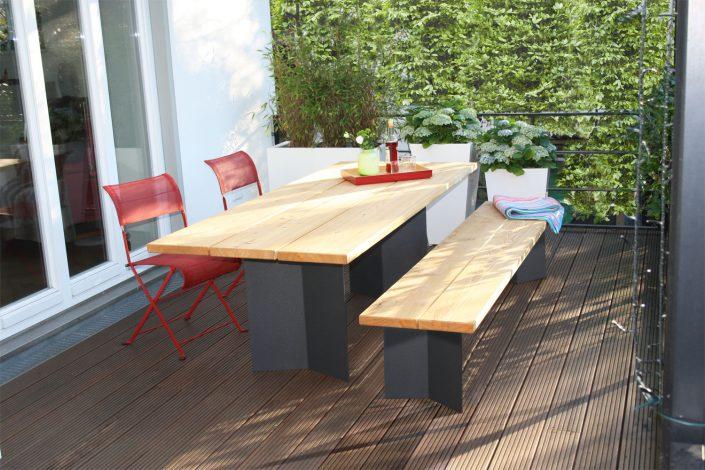 Massive Holzbohlen aus Eiche und raffiniert gekantete Wangen aus Aluminium bieten 10 Personen gemütlich Platz. - Markante Tafelfreude. Drei massive Holzbohlen als Tischplatte und raffiniert gekantete Wangen aus Aluminium, die eine störende Unterkonstruktion vermeiden, zeichnen diesen Tisch aus und geben ihm einen sicheren Stand. Passend dazu gibt es eine Bank mit dem gleichen Untergestell oder eine massive Holzbank. Sie können jedes Möbel wahlweise in Eiche oder Lärche bekommen. Beide Hölzer sind für den ganzjährigen Außenbereich geeignet und bekommen im Laufe der Jahre eine silbergraue Patina, die jedoch durch regelmäßiges Nachölen verhindert werden kann. Tisch C`6: 220 cm x 90 cm x 75 cm, Gewicht: 65 kg Bank C`6: 220 cm x 90 cm x 75 cm, Gewicht: 35 kg massive Eichenbank: 220 cm x 90 cm x 75 cm, Gewicht: 45 kg