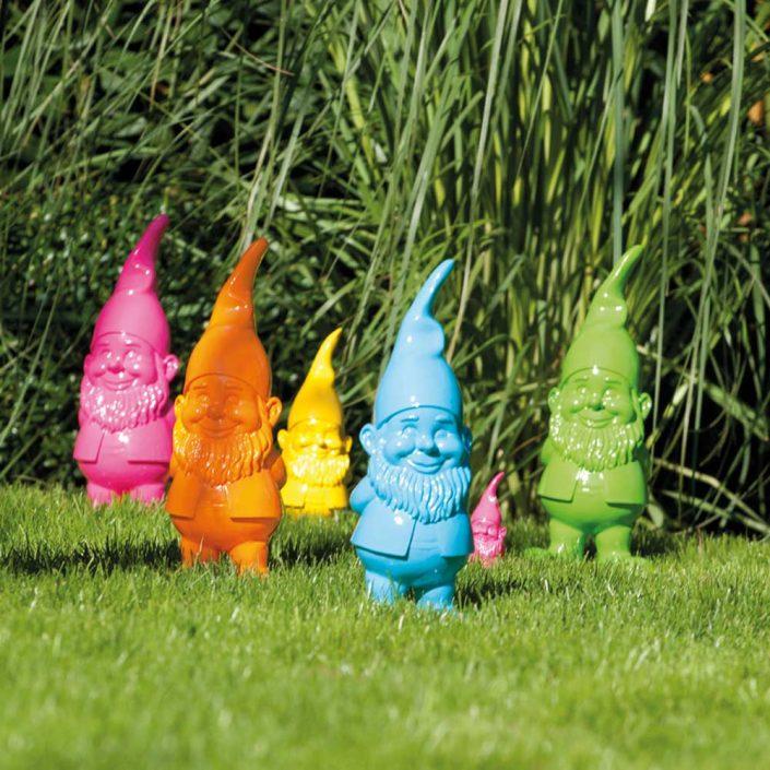 Farbenfrohe Gartenzwerge für den Garten. - Ein Manifest gegen die Spießigkeit im Garten. Durch ihr schelmisches Lächeln und ihrer leuchtenden Farbigkeit positionieren sich die kleinen Zwerge ganz klar im Garten. Verschmitzt als Einzelkämpfer oder in einer kleinen Truppe bringen Sie jeden Gartenfreund ganz unvermittelt zum Lächeln. Es gibt die Zwerge in den Farben orange, gelb, pink, türkis, grün und rot.