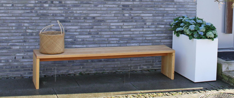 Massive Holzbank aus Lärche oder Eiche - In der Ruhe liegt die Kraft. Diese massive Holzbank lädt zum Verweilen ein. Ob als Solitär oder dazugestellt am Tisch, bietet sie vielfältige Einsatzmöglichkeiten im Garten oder im Haus. Die Bank gibt es wahlweise in Eichen- oder Lärchenholz und kann ganzjährig im Freien stehen. Sondermaße auf Anfrage möglich