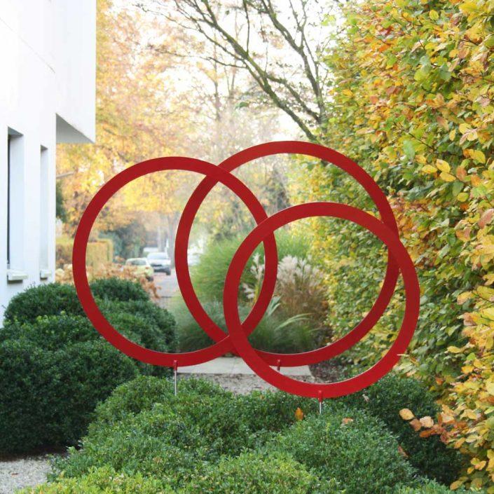 Kreis-Set groß - Kreise im Garten für besondere Akzente. - Kreiszeichen. Auffällig durch die Farbgebung können die Kreise aus pulverbeschichtetem Aluminium überall gesteckt werden, wo Sie es wollen und bestechen durch ihren Minimalismus als Eyecatcher im Garten. Das dreiteilige Kreisset gibt es in zwei Größen und in den Farben rot und gelb.