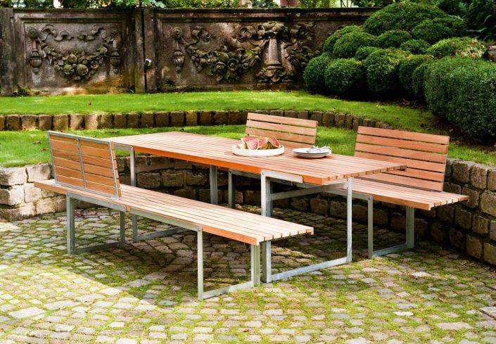 Lümmeln im Garten.Was jeder im Wohnzimmer schätzt haben wir komfortabel für draußen weiterentwickelt. Unsere Recamiére bietet mit 2 m langer Sitz-Liegefläche reichlich Platz zum bequemen Entspannen und Abschalten. Dazu gesellen sich ein passender Sessel und ein Beistelltisch - für die perfekte Lounge im Garten. Alle Möbel sind aus wetterbeständigem Aluminium gefertigt und dadurch überraschend leicht. Die Pulverbeschichtung sorgt für dauerhafte Farbigkeit. Selbstverständlich sind die abnehmbaren Polster unempfindlich, lichtecht und können leicht gereinigt werden.