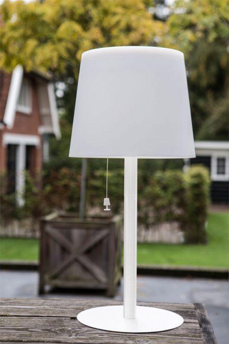 Solarleuchten - Es werde Licht! Die mobilen Leuchten in verschiedenen Ausführungen stehen überall dort, wo Sie Licht im Freien brauchen. Kein lästiges Kabel behindert bei der Nutzung und gibt damit maximale Flexibilität. Der Clou besteht zudem in der Technik, die sich ganz einfach und unkompliziert mit Solarzellen oder mittels einem Ladegerät auflädt. Einmal geladen leuchten die Outdoor-Leuchten mit modernster warmweißer LED Technik 6-8 Stunden. Die Tischeuchte 65 und die Stehleuchte haben sogar eine Fernbedienung mit Dimmer. Die zeitlose Leuchten-Familie, gefertigt aus Edelstahl und witterungsbeständigem Kunststoffschirm, wird Sie Tag & Nacht begeistern. Es gibt sie in den Farben Edelstahl oder weiß.