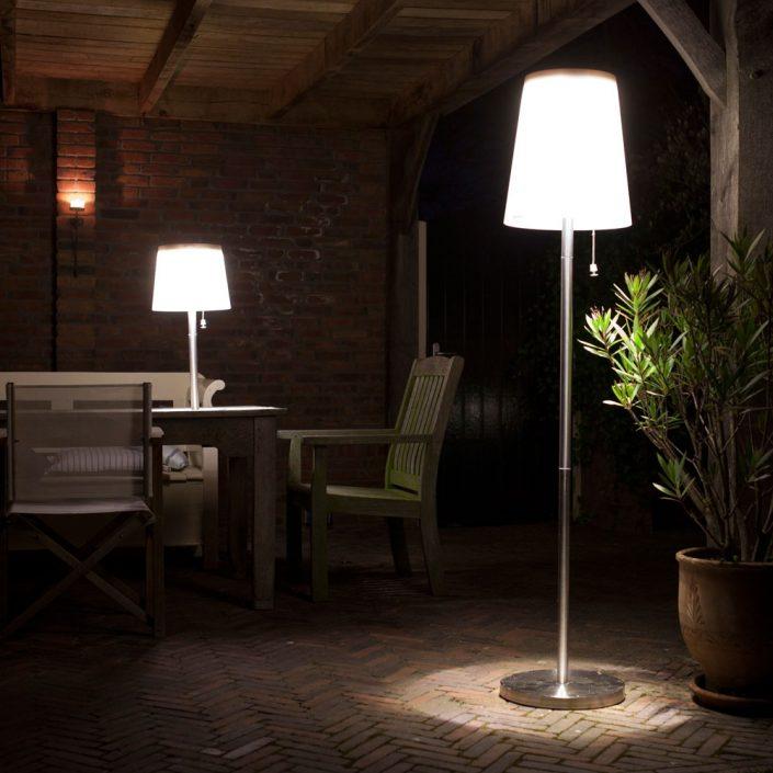 Schöne Solarleuchten für den Garten - Es werde Licht! Die mobilen Leuchten in verschiedenen Ausführungen stehen überall dort, wo Sie Licht im Freien brauchen. Kein lästiges Kabel behindert bei der Nutzung und gibt damit maximale Flexibilität. Der Clou besteht zudem in der Technik, die sich ganz einfach und unkompliziert mit Solarzellen oder mittels einem Ladegerät auflädt. Einmal geladen leuchten die Outdoor-Leuchten mit modernster warmweißer LED Technik 6-8 Stunden. Die Tischeuchte 65 und die Stehleuchte haben sogar eine Fernbedienung mit Dimmer. Die zeitlose Leuchten-Familie, gefertigt aus Edelstahl und witterungsbeständigem Kunststoffschirm, wird Sie Tag & Nacht begeistern. Es gibt sie in den Farben Edelstahl oder weiß.