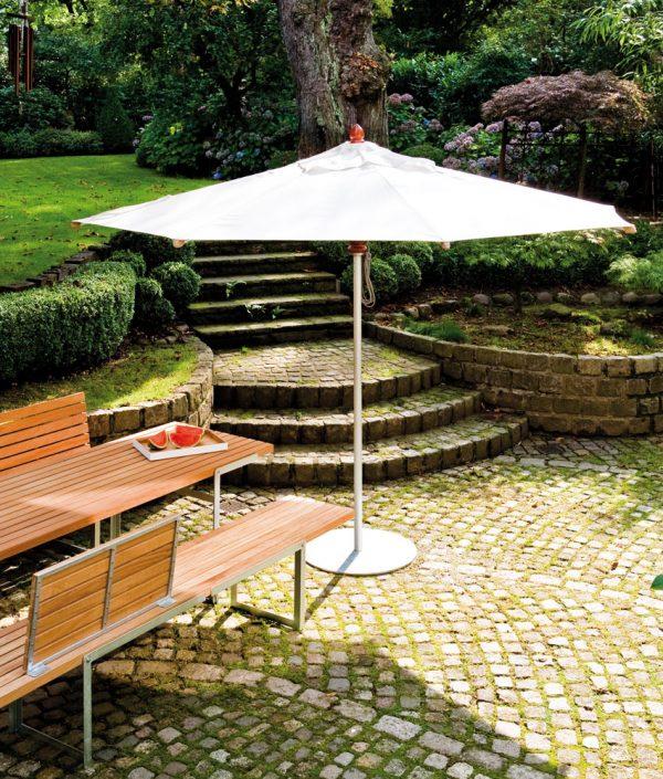 Leichter und stabiler Sonnenschirm aus Aluminium, der perfekt vor UV-Licht schützt (und auch Regen) - Sunblocker light. Er hält länger als die beste Sonnencreme und überzeugt zudem im täglichen Gebrauch. Alle Komponenten sind auf Leichtigkeit, Wetterfestigkeit und Komfort getrimmt. Aufgezogen wird der Schirm kinderleicht mit einem wartungsfreien Flaschenzug. Die strapazierfähige Bespannung, die im geschlossenen Zustand eine Hülle schützt, kann bei Bedarf von der Unterkonstruktion abgenommen und einfach gereinigt werden. Die optische Leichtigkeit ist ergonomisch so durchdacht, dass man den eleganten Schattenspender problemlos überall im Garten einsetzen kann.