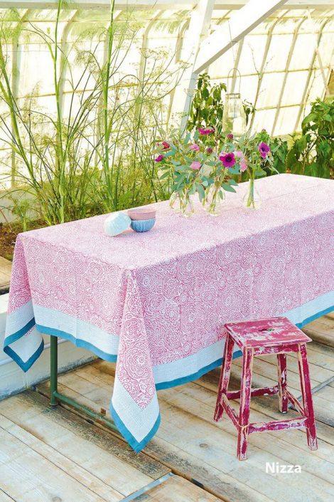 Tischdecke klein 170x170 cm - Unsere farbenfrohen, handbedruckten Tücher bringen an jedem Tisch Urlaubsgefühle. Geprägt von provoncialischen Mustern aber auch Ornamenten aus dem Orient verzaubern die Tischdecken jede Tafel, egal ob drinnen oder draußen, und sind schon allein die perfekte Dekoration. Es gibt die Tischdecken in zwei Größen und drei Mustern, die bei 30 Grad gewaschen werden können.