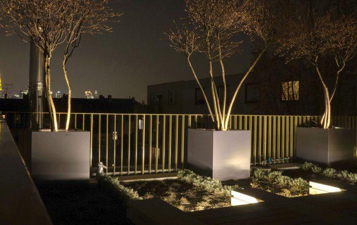 Formschöne Pflanzgefäße aus Aluminium für den Garten in jeder Abmessung und RAL-Farbe. Praktische Rollen erleichtern das Verschieben. - Rundum sicher. Bei der Herstellung der Pflanzgefäße verwenden wir 2,5 mm starke Aluminiumplatten. Damit stehen die handgefertigten Gefäße sicher auf privatem oder öffentlichem Grund. Eine Pulverbeschichtung garantiert solide Farbe, die auch kleine Rempler verzeiht. Die Gefäße sind von innen vollflächig isoliert und schützen die Wurzeln so vor Hitze und Kälte. Weiteres Plus: ein Wasserspeicher. Praktische Rollen erleichtern das Verrücken. Sonderanfertigungen auf Anfrage.