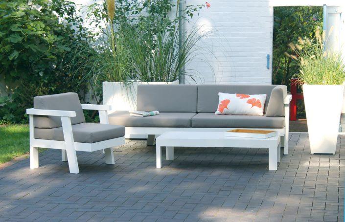 Bequem und platzsparend, Loungen auf gemütlichen Polstern - Lümmeln im Garten.Was jeder im Wohnzimmer schätzt haben wir komfortabel für draußen weiterentwickelt. Unsere Recamiére bietet mit 2 m langer Sitz-Liegefläche reichlich Platz zum bequemen Entspannen und Abschalten. Dazu gesellen sich ein passender Sessel und ein Beistelltisch - für die perfekte Lounge im Garten. Alle Möbel sind aus wetterbeständigem Aluminium gefertigt und dadurch überraschend leicht. Die Pulverbeschichtung sorgt für dauerhafte Farbigkeit. Selbstverständlich sind die abnehmbaren Polster unempfindlich, lichtecht und können leicht gereinigt werden.