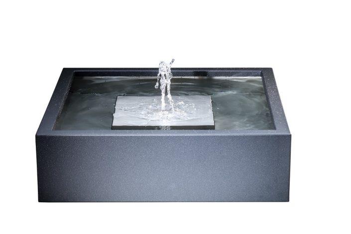 Wasserbecken | Wellenspiel. Noch kompakter als unser Brunnen, begeistert das Wasserbecken aus pulverbeschichtetem Edelstahl als kleine Oase im Garten. Knapp unter der Wasseroberfläche entsteht ein Wasserkegel, der die Oberfläche immer in Bewegung hält und so ein meditatives Wellenspiel erzeugt. Lediglich ein Stromanschuss im Umkreis von ca. 10 Metern ist zur Installation erforderlich. Das Wasser selbst zirkuliert in einem Kreislauf. Bei extremer Trockenheit bedarf es zusätzlicher Wasserzufuhr. In Gegenzug verhindert ein Überlaufrohr im Inneren des Beckens ein Überlaufen nach viel Regen. Das Wasserbecken gibt es in verschiedenen Farben.