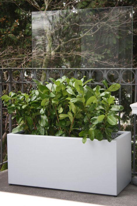 Formschöne Pflanzgefäße aus Aluminium für den Garten in jeder Abmessung und RAL-Farbe - Rundum sicher. Bei der Herstellung der Pflanzgefäße verwenden wir 2,5 mm starke Aluminiumplatten. Damit stehen die handgefertigten Gefäße sicher auf privatem oder öffentlichem Grund. Eine Pulverbeschichtung garantiert solide Farbe, die auch kleine Rempler verzeiht. Die Gefäße sind von innen vollflächig isoliert und schützen die Wurzeln so vor Hitze und Kälte. Weiteres Plus: ein Wasserspeicher. Praktische Rollen erleichtern das Verrücken. Sonderanfertigungen auf Anfrage.