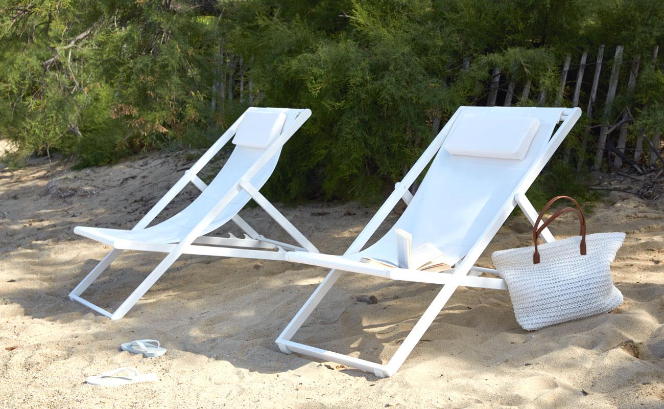 Liegestuhl weiß - Relax. Kaum ein Möbel erinnert einen mehr an Sommer, Strand und Urlaub. Wir haben den bewährten Klassiker überarbeitet und heraus kam ein Liegestuhl aus pulverbeschichtetem Aluminium mit einer strapazierfähigen Bespannung aus netzartigen Textileen Ob auf Balkonien oder im Grünen lässt es sich bequem entspannen. Will man mit der Sonne wandern, wird der leichte Liegestuhl einfach zusammen geklappt oder bei Nichtgebrauch platzsparend verstaut. Die Materialen sind für den ganzjährigen Einsatz im Freien gerüstet.