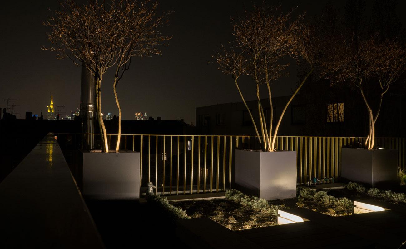 Pflanzgefäße quadratisch 60x60x60 - Formschöne Pflanzgefäße aus Aluminium für den Garten in jeder Abmessung und RAL-Farbe. Praktische Rollen erleichtern das Verschieben. - Rundum sicher. Bei der Herstellung der Pflanzgefäße verwenden wir 2,5 mm starke Aluminiumplatten. Damit stehen die handgefertigten Gefäße sicher auf privatem oder öffentlichem Grund. Eine Pulverbeschichtung garantiert solide Farbe, die auch kleine Rempler verzeiht. Die Gefäße sind von innen vollflächig isoliert und schützen die Wurzeln so vor Hitze und Kälte. Weiteres Plus: ein Wasserspeicher. Praktische Rollen erleichtern das Verrücken. Sonderanfertigungen auf Anfrage.