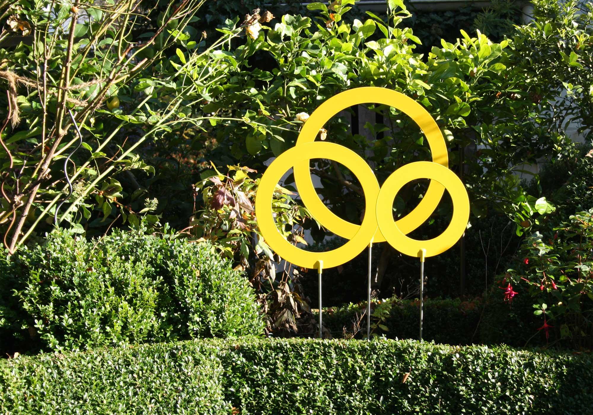 Kreise im Karten für besondere Akzente - Auffällig durch die Farbgebung können die Kreise aus pulverbeschichtetem Aluminium überall gesteckt werden, wo Sie es wollen und bestechen durch ihren Minimalismus als Eyecatcher im Garten. Das dreiteilige Kreisset gibt es in zwei Größen und in den Farben rot und gelb.