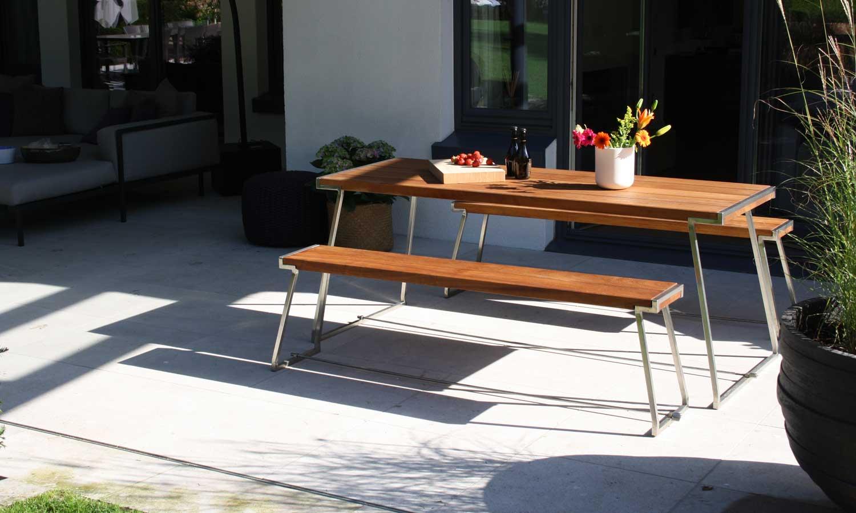 Nehmen sie Platz. Ob Gartenstuhl, Bank und die dazu passenden Tische - alles geht und ist ausgestattet mit raffinierten Details und natürlich Materialien, die das ganze Jahr draußen verweilen können.